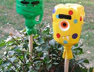 Convierte dos recipientes reciclados en monstruos para Halloween